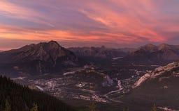 Ciudad de Banff en la puesta del sol Imagen de archivo libre de regalías
