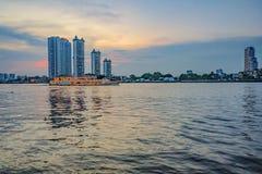 Ciudad de Bangkok con el cielo y Chao Praya River de la puesta del sol fotografía de archivo