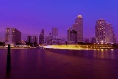Ciudad de Bangkok en la noche fotos de archivo