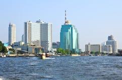 Ciudad de Bangkok a lo largo de Chao Praya River Foto de archivo libre de regalías