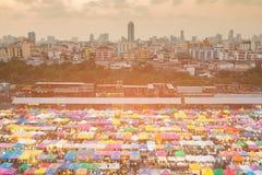 Ciudad de Bangkok y opinión aérea del mercado de pulgas de la noche foto de archivo libre de regalías