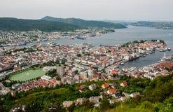 Ciudad de Bergen en la opinión de Noruega de la colina Imagen de archivo libre de regalías