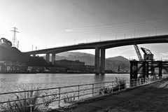 Ciudad de Bilbao, visión en el puente y río Foto de archivo libre de regalías
