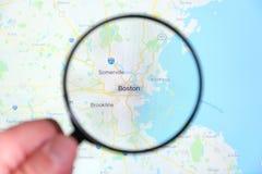 Ciudad de Boston, Massachusetts en la pantalla de visualización a través de una lupa foto de archivo