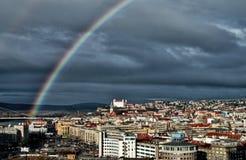 Ciudad de Bratislava en Eslovaquia con el arco iris Imagen de archivo