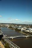 Ciudad de Brisbane con la opinión del puente y del río de Victoria Imagenes de archivo