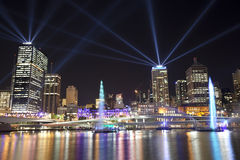 Ciudad de Brisbane de la visualización del laser de las luces Imágenes de archivo libres de regalías