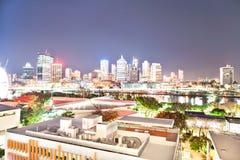 Ciudad de Brisbane en la noche y la visi?n sobre los edificios fotos de archivo