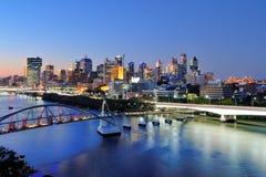 Ciudad de Brisbane en la oscuridad Foto de archivo libre de regalías