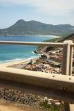 Ciudad de Bugerru vista del camino en el color sardo de la costa Fotos de archivo