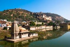 Ciudad de Bundi del panorama Vista del palacio de Bundi del lago nawal Sagar Rajasthán, la India Foto de archivo