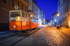 Ciudad de Bydgoszcz con la tranvía vieja usada como información turística en la noche Imágenes de archivo libres de regalías