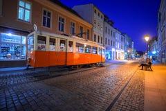 Ciudad de Bydgoszcz con la tranvía vieja usada como información turística en la noche Fotografía de archivo libre de regalías