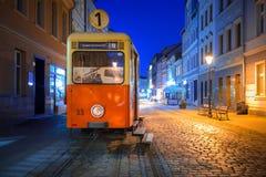 Ciudad de Bydgoszcz con la tranvía vieja usada como información turística en la noche Fotografía de archivo