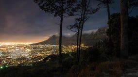 Ciudad de Cape Town y montaña de la tabla en la noche metrajes