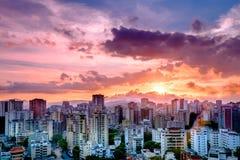 Ciudad de Caracas durante la puesta del sol Imágenes de archivo libres de regalías