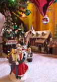 Ciudad de cerámica bajo el árbol de navidad Foto de archivo libre de regalías