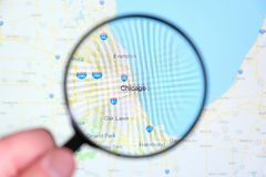 Ciudad de Chicago, Illinois en la pantalla de visualización a través de una lupa imagen de archivo libre de regalías