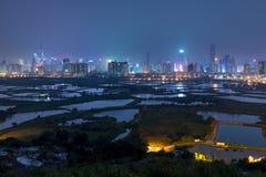 Ciudad de China s Shenzhen de la opinión de la noche de Hong-Kong Foto de archivo