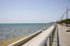 Ciudad de Chipre, Larnaca Trayectoria de piedra alrededor y sobre del mar Puerto, playa, edificios, contexto del cielo azul Foto de archivo libre de regalías