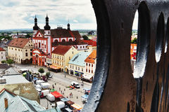2016/06/18 ciudad de Chomutov, República Checa - cuadrado ' Namesti 1 Maje' con la iglesia Fotos de archivo