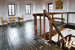 2016/06/18 ciudad de Chomutov, República Checa - escalera de madera del este en el último piso de la torre histórica 'vez de Mest Imagen de archivo libre de regalías