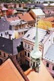 2016/06/18 ciudad de Chomutov, República Checa - pequeña aguja verde de la iglesia ' Kostel Nanebevzetà Panny Marie' Foto de archivo libre de regalías