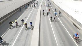 Ciudad de ciclistas Millares de ciclistas en una calle de la ciudad almacen de video