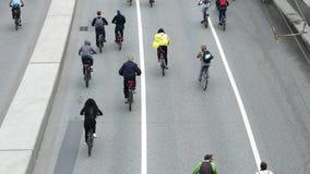 Ciudad de ciclistas Millares de ciclistas en una calle de la ciudad almacen de metraje de vídeo