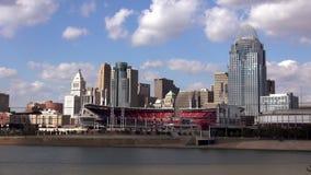 Ciudad de Cincinnati y gran ciudad americana del estadio de béisbol de Cincinnati almacen de metraje de vídeo