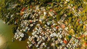 Ciudad de Coron de la visión aérea con los tugurios y el distrito pobre PALAWAN BU Fotografía de archivo libre de regalías