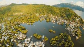 Ciudad de Coron de la visión aérea con los tugurios y el distrito pobre PALAWAN Isla de Busuanga Tiempo y puesta del sol de la ta metrajes