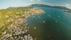 Ciudad de Coron de la visión aérea con los tugurios y el distrito pobre PALAWAN Isla de Busuanga Tiempo y puesta del sol de la ta almacen de metraje de vídeo