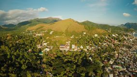 Ciudad de Coron de la visión aérea con los tugurios y el distrito pobre PALAWAN Isla de Busuanga Tiempo y puesta del sol de la ta almacen de video