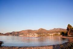 Ciudad de Datça con las montañas y el Mar Egeo. Turquía Imagen de archivo libre de regalías