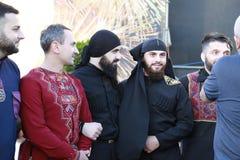Ciudad de Dnipro, Dnepropetrovsk, Ucrania, 25 05 2018 Hombres en los trajes georgianos del grupo de la música de Bani dar una ent imágenes de archivo libres de regalías