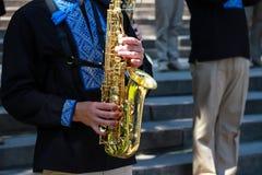 Ciudad de Dnipro, Ucrania Los m?sicos de la orquesta del viento en camisas bordadas ucranianas negras tocan los saxofones en un f imagen de archivo