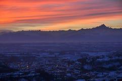 Ciudad de Dogliani en la puesta del sol Fotos de archivo