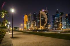 Ciudad de Doha, Qatar en la noche Imagen de archivo libre de regalías