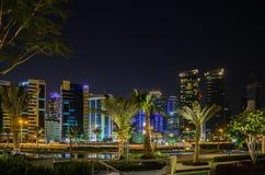 Ciudad de Doha, Qatar en la noche Fotos de archivo libres de regalías