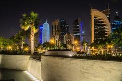 Ciudad de Doha, Qatar en la noche Foto de archivo libre de regalías