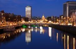 Ciudad de Dublín en la puesta del sol Foto de archivo