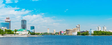 Ciudad de Ekaterimburgo del terraplén el 5 de junio de 2013 Foto de archivo