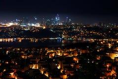 Ciudad de Estambul en la noche Foto de archivo libre de regalías