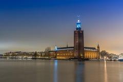 Ciudad de Estocolmo por noche Edificio Columned fotografía de archivo libre de regalías