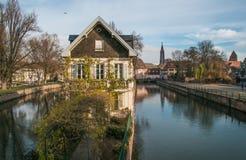 Ciudad de Estrasburgo, canal del agua en el área de Petite France imagen de archivo