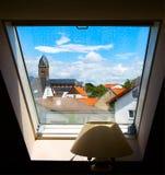 Ciudad de Francfort dentro de la ventana y de la lámpara de la noche Imagen de archivo