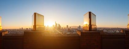 Ciudad de Francfort en el panorama de la puesta del sol, opinión de oro de la ciudad Imagenes de archivo
