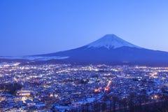 Ciudad de Fujiyoshida en la noche con el monte Fuji fotos de archivo