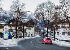 Ciudad de Garmisch-Partenkirchen en las montañas bávaras, Alemania Fotos de archivo